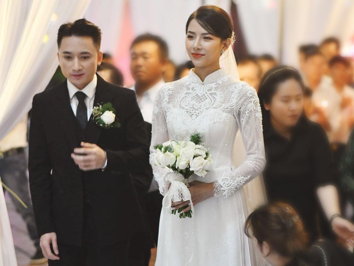Hôn lễ được tổ chức theo hình thức Công giáo, với sự tham gia của gia đình và đông đảo bà con ở xã Diễn Vạn, huyện Diễn Châu, Nghệ An. Không gian nhà thờ xứ Vạn Phần được trang trí nhiều hoa tươi lãng mạn và không kém phần hoành tráng.
