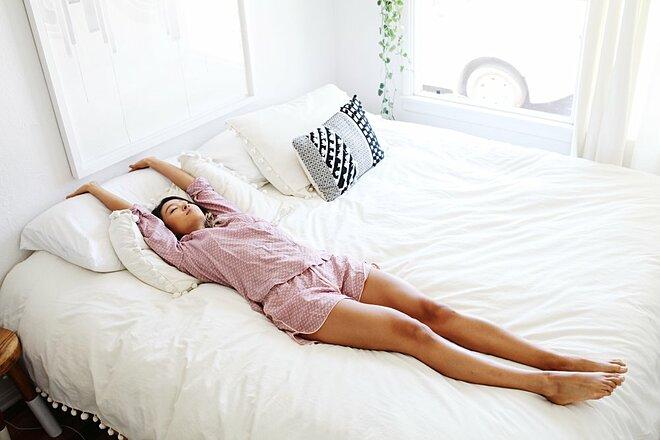 Tập vài động tác yoga trước khi ngủ giúp cải thiện chất lượng giấc ngủ.