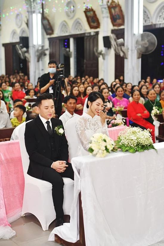 Ngoài ra, cặp đôi cũng tổ chức tiệc ở lễ cưới tại Nha Trang - quê nhà cô dâu - và tiệc báo hỷ tại TP HCM. Sau hôn lễ, Phan Mạnh Quỳnh sẽ trở lại ngay công việc khi tham gia liveshow Tri Âm của ca sĩ Mỹ Tâm vào ngày 25/4.