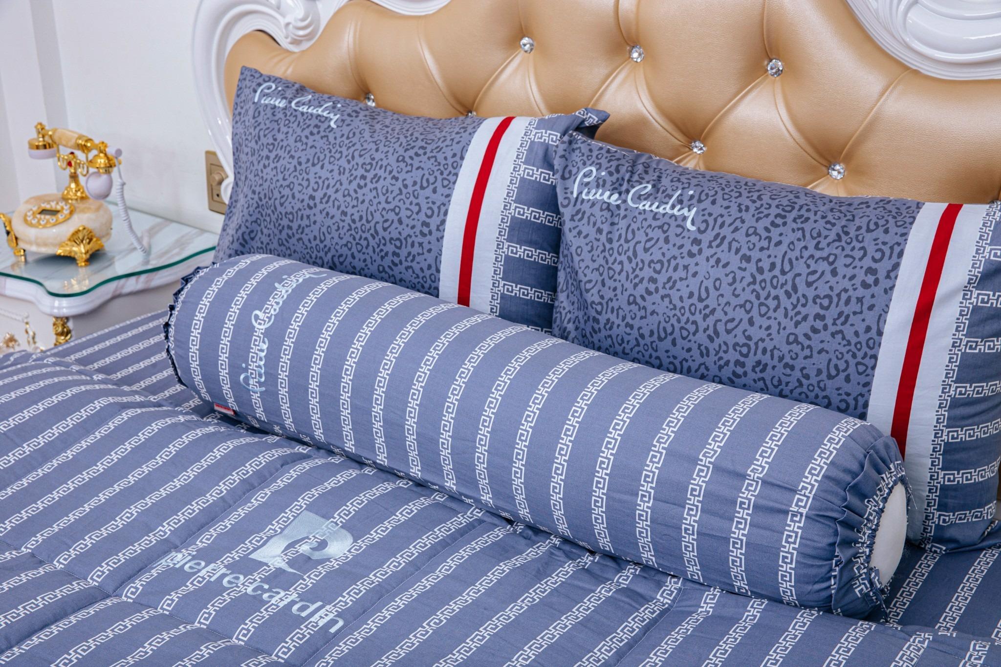 Bộ drap da beo xanh cotton Pierre Cardin hợp với người thích các họa tiết cỡ nhỏ, sọc dọc. Tông màu xanh biển tươi mát. Chất liệu thoáng khí, thấm hút mồ hôi, cho cảm giác mát lạnh khi chạm vào.  Đường may chắc chắn, tỉ mỉ giúp hạn chế tình trạng bung, đứt chỉ trong quá trình sử dụng. Drap giường có đủ các kích cỡ 1,4 m, 1,6 m và 1,8 m x 2 m với cùng mức giá 1,17 triệu đồng.