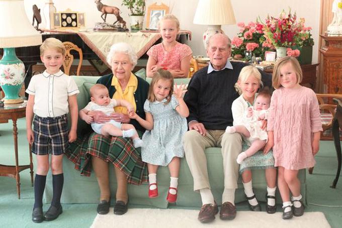 Nữ hoàng Anh, Hoàng thân Philip bên cạnh 7 chắt trong bức ảnh do Kate chup ở Lâu đài Balmoral hồi năm 2018. Ảnh: Kate Middleton.