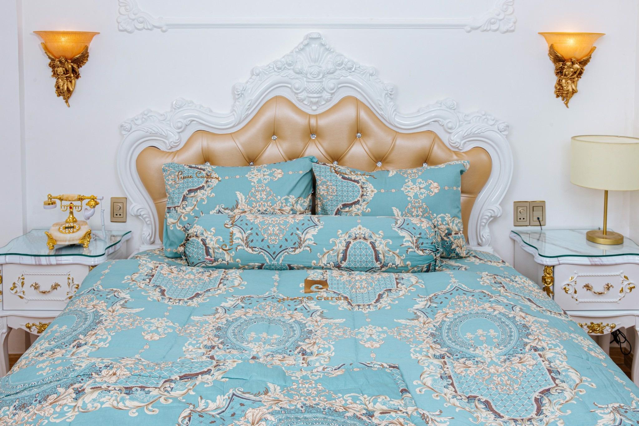 Thêm một mẫu chất liệu cotton thoáng mát từ Pierre Cardin với họa tiết hoa trắng trên nền vải màu xanh nhạt tươi sáng. Sản phẩm có cùng mức giá 1,17 triệu đồng, bao gồm drap giường với đủ các kích cỡ, hai vỏ gối nằm 40 cm x 60 cm và vỏ gối ôm 37 cm x 100 cm.