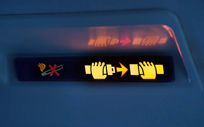 Đèn báo hiệu cài dây an toàn trên máy bay khi được bật sáng.