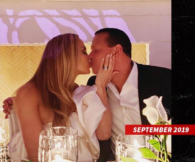 Jennifer Lopez đeo nhẫn đính hôn dự tiệc cùng Alex Rodriguez vào tháng 9/2019.