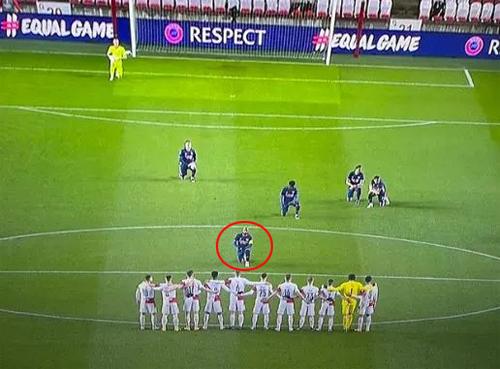 Các cầu thủ Arsenal đều quỳ trong khi đối phương đứng dàn hàng từ chối thực hiện nghi thức chống phân biệt chủng tộc. Ảnh: The Sun.