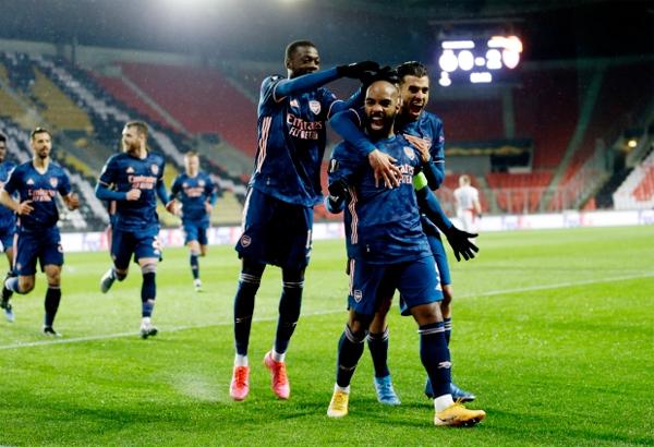 Lacazette (giày vàng) lập cú đúp giúp Arsenal thắng Slavia Prague tưng bừng 4-0 ở lượt về tứ kết Europa League tối 15/4. Ảnh: Rex.
