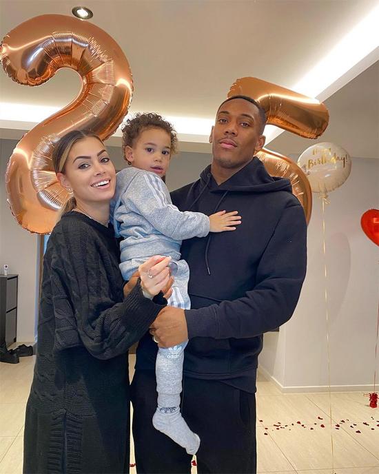 Martial bên cô vợ Melanie và cậu con trai Swan. Ảnh: Instagram.