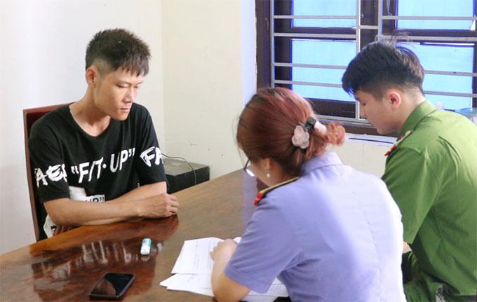 Nghi can Hiền (góc phải) làm việc với nhà chức trách. Ảnh: Công an cung cấp