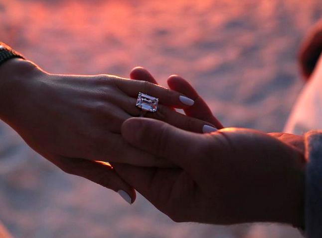 Cận cảnh chiếc nhẫn 1,8 triệu USD của J.Lo.
