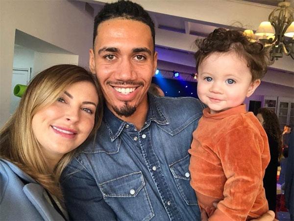 Chris Smalling bên cô vợ Sam Cooke và con trai. Ảnh: Instagram.