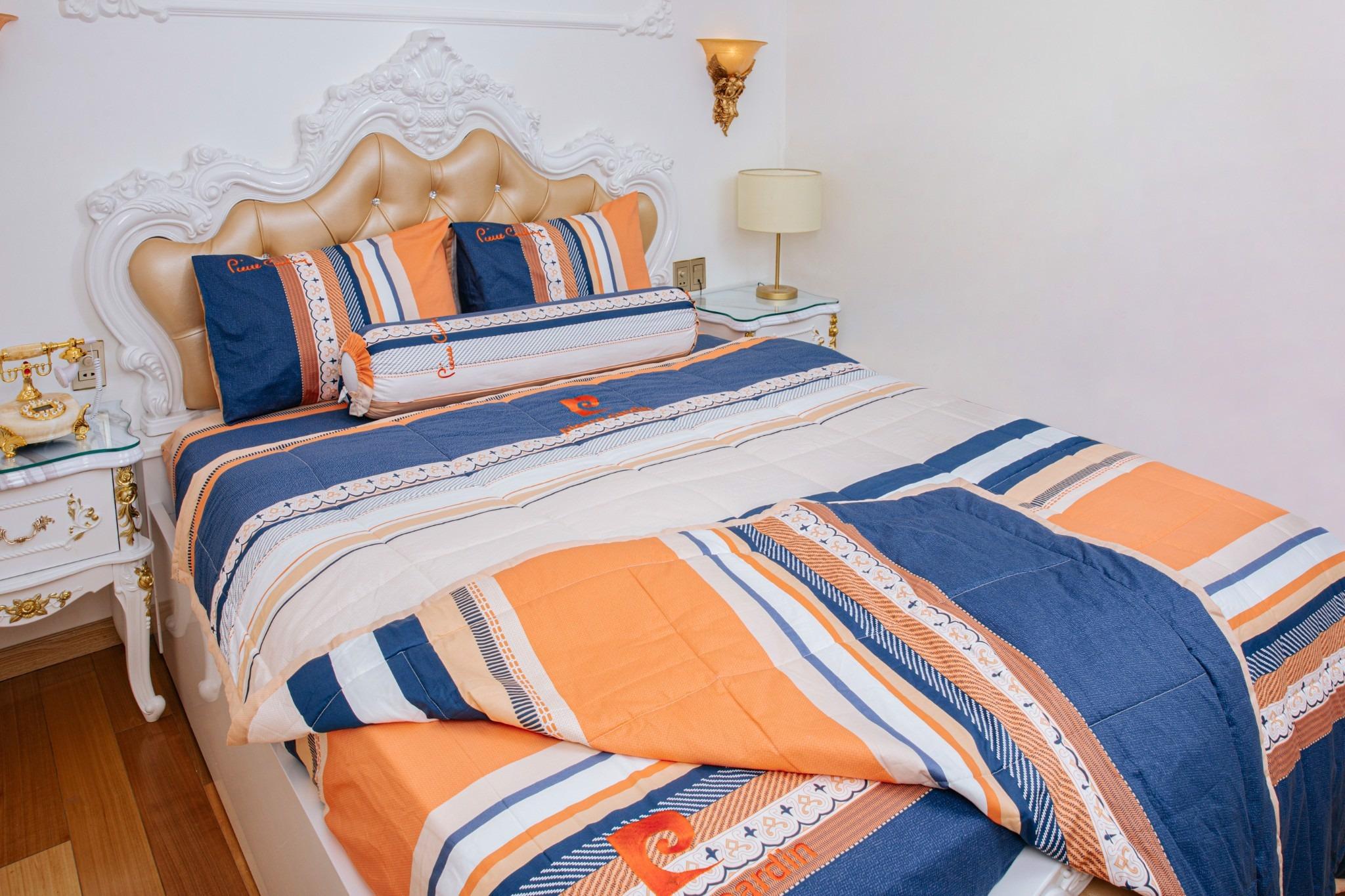 Bộ drap cotton Pierre Cardin P2 có cùng mức giá 1,17 triệu đồng. Họa tiết sọc phối màu cam, xanh, trắng trang nhã. Vải làm từ bột gỗ mang lại cảm giác mát lạnh khi chạm vào, thấm hút tốt, hợp sử dụng vào những ngày hè oi bức. Đường chỉ may đều, tỉ mỉ, tránh tình trạng bung, đứt chỉ trong quá trình sử dụng.