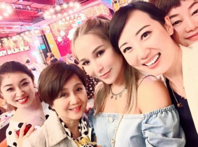 Tuệ Linh và bà Lương An Kỳ (thứ hai từ trái sang) khi cùng tham dự một sự kiện ở Hong Kong.