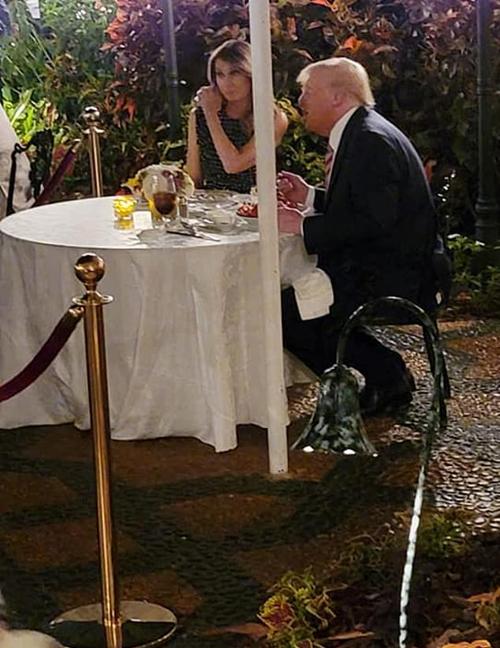 Vợ chồng cựu tổng thống Mỹ dùng bữa tối tại nhà hàng ở Mar-a-Lago. Ảnh: Facebook.