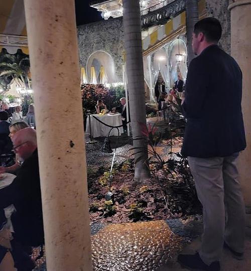 Một nhân viên an ninh đứng gần khu vực bàn ăn của vợ chồng ông Trump trong nhà hàng. Ảnh: Facebook.