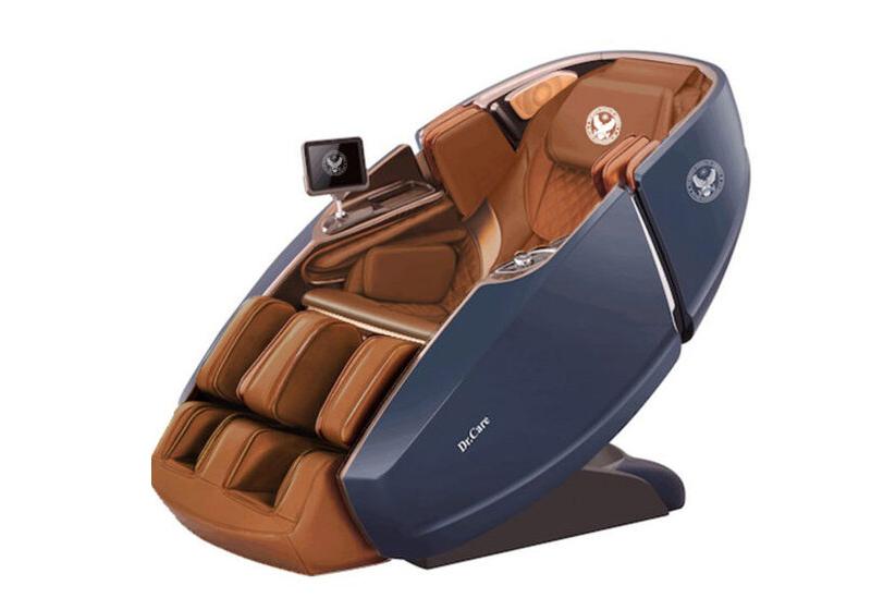 Ghế massage phi thuyền vũ trụDr Care SS 919Xmàu xanh, nội thất xanh đậm, thiết kế theo mẫu ghế dành cho phi hành gia, cung cấp chế độ massage 4 chiều: ngang, dọc, sâu và lơ lửng không trọng lực. Ghế trang bị hai máy massage với hệ thống con lăn, túi khí xoa bóp, đấm bóp di chuyển từ đỉnh đầu đến bên dưới vùng mông đùi theo hình chữ L và bấm huyệt lòng bàn chân. Ghế có chức năng xông nóng, cảm biến tự động điều chỉnh to nhỏ theo kích thước người dùng, cảnh báo vật lạ xung quanh ghế, dò tìm vị trí cần massage, loa nghe nhạc, khay sạc điện thoại di động, điều khiển qua màn hình cảm ứng 8 inch và ứng dụng trên điện thoại... giúp người dùng thư giãn tối đa. Thời gian bảo hành 10 năm. Giá gốc 499 triệu đồng, đang ưu đãi 46% là 269 triệu đồng.