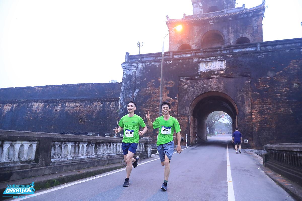 Vận động viên tận hưởng đường chạy tại giải VnExpress Marathon Huế hồi tháng 12 năm ngoái. Ảnh: VnExpress Marathon.