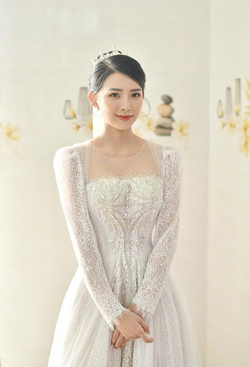 Khánh Vy cài vương miện kiểu công chúa, trang điểm tông cam nhẹ nhàng cho ngày trọng đại.