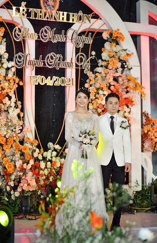 Cặp vợ chồng thực hiện nghi thức cưới trong nhà rạp diện tích 800 m2 ở quảng trường Xứ Vạn Phần trưa 17/4.