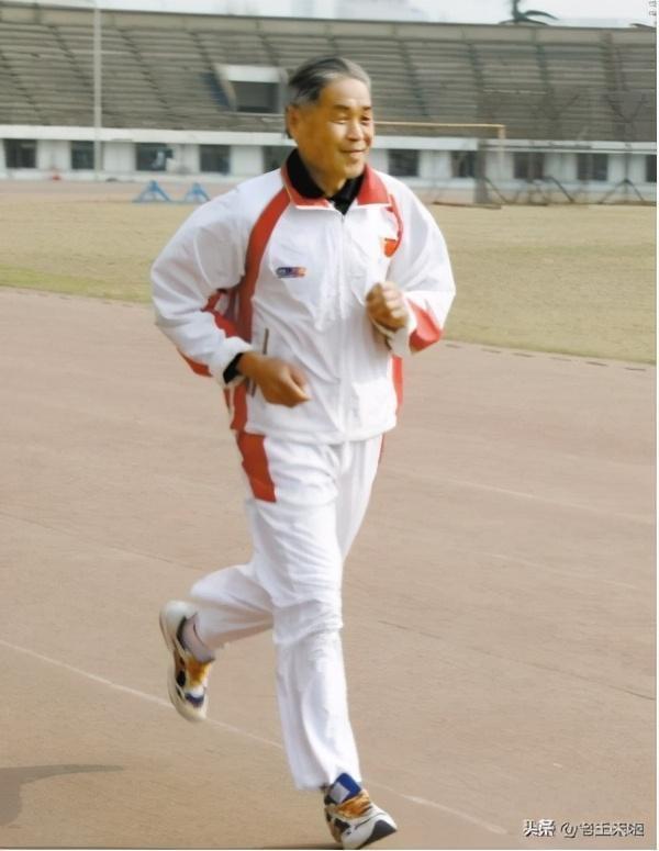 Chạy bộ đã trở thành một phần cuộc sống của Lý Nghị Bản. Ông chạy ít nhất 5.000 mét mỗi ngày suốt 60 năm qua. Dù thời tiết khắc nghiệt thế nào cũng không làm gián đoạn việc tập luyện của ông. Ảnh: 163.