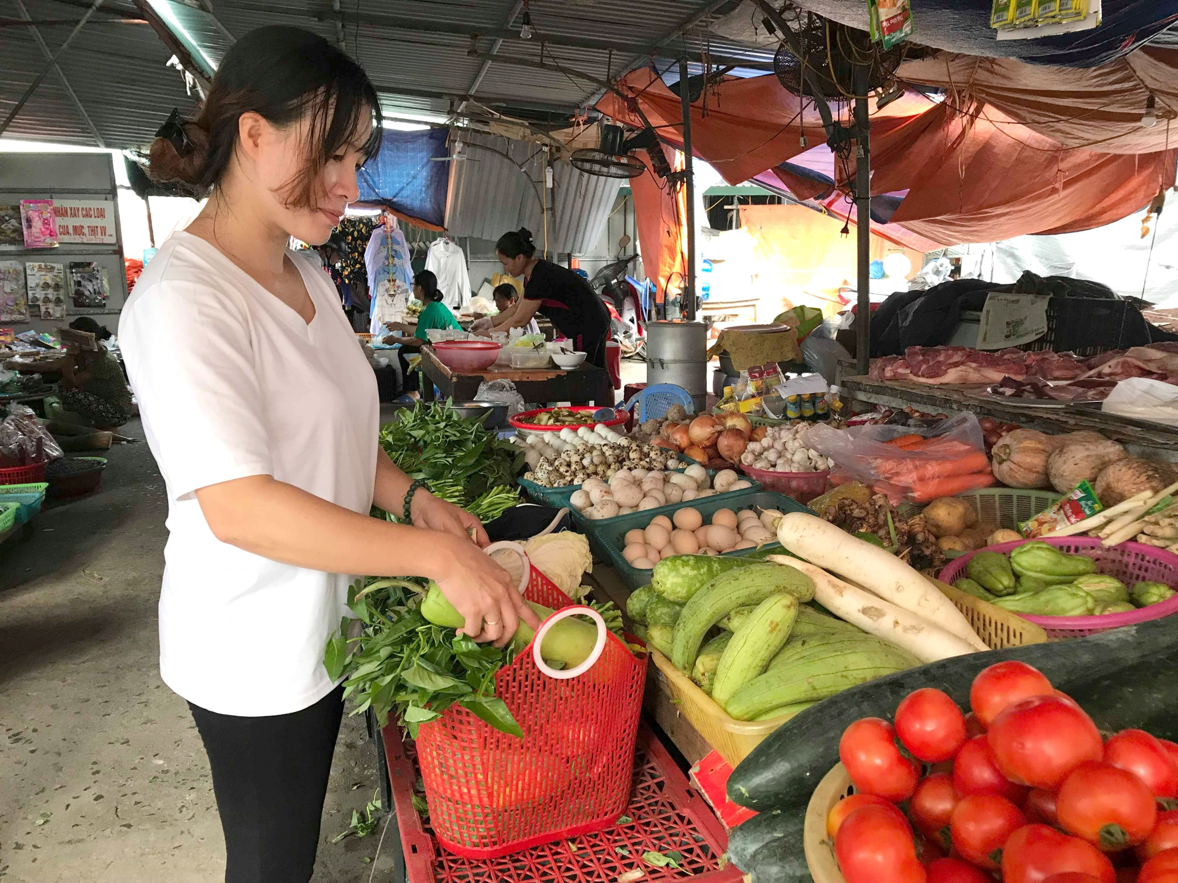 Đi chợ truyền thống đôi khi gây ra nhiều bất tiện cho các bà nội trợ hiện đại.