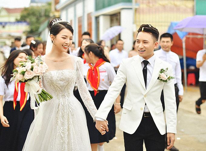 Phan Mạnh Quỳnh và vợ diện màu trắng ton-sur-ton trong ngày cưới ở Nghệ An.