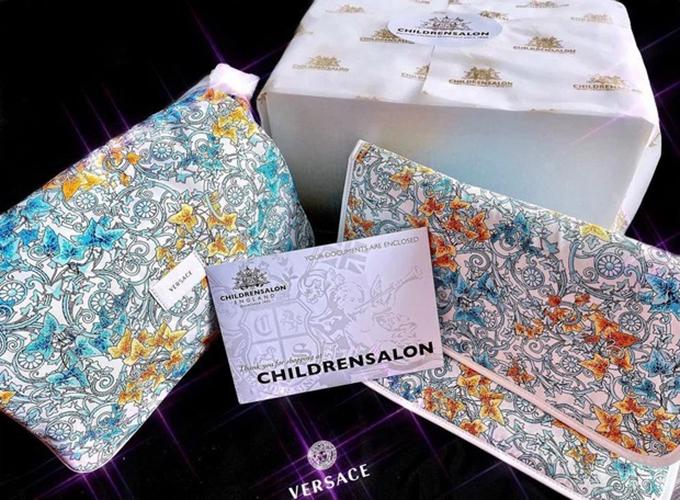 Túi đựng bỉm sữa của con trai Giang Lê đến từ thương hiệu Versace, có giá khoảng 14 triệu đồng.