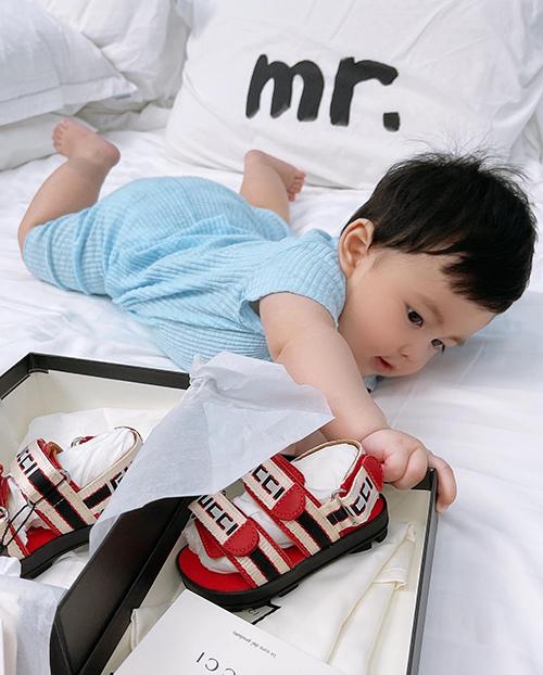 Cậu bé 6 tháng tuổi cũng vừa được mẹ tậu cho đôi giày đỏ của Gucci.