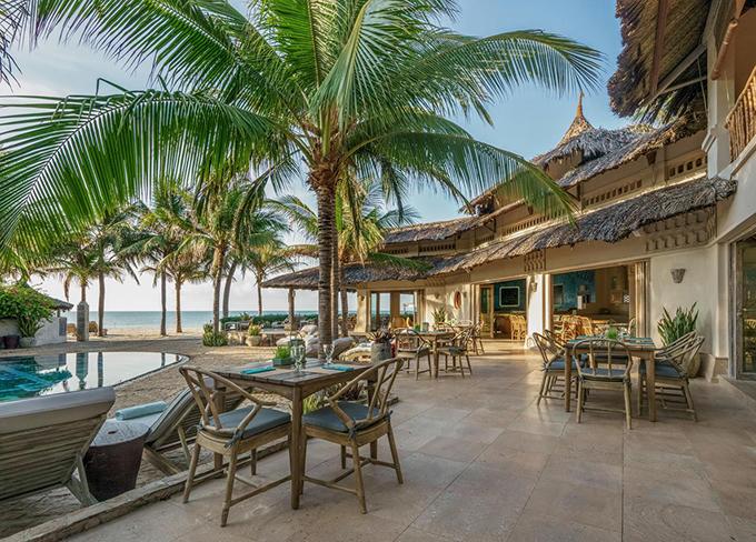 Nhà hàng của resort phục vụ cả đồ Âu và Á, không gian phía trong sát cạnh bể bơi. Khu vực bãi biển phía trước resort thường được sử dụng để tổ chức các bữa tiệc tình nhân hay BBQ cho nhóm bạn và gia đình, tuy nhiên cần đặt trước vì chỗ ngồi hạn chế.