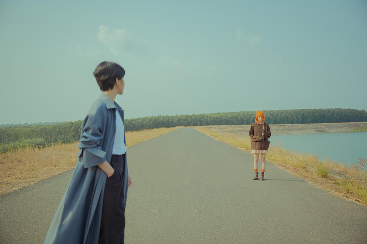 MV kể chuyện từ góc nhìn của người con trai - với tông màu lạnh. Còn cô gái nổi bật với tóc cam, ngụ ý nội tâm không hòa hợp của hai người.