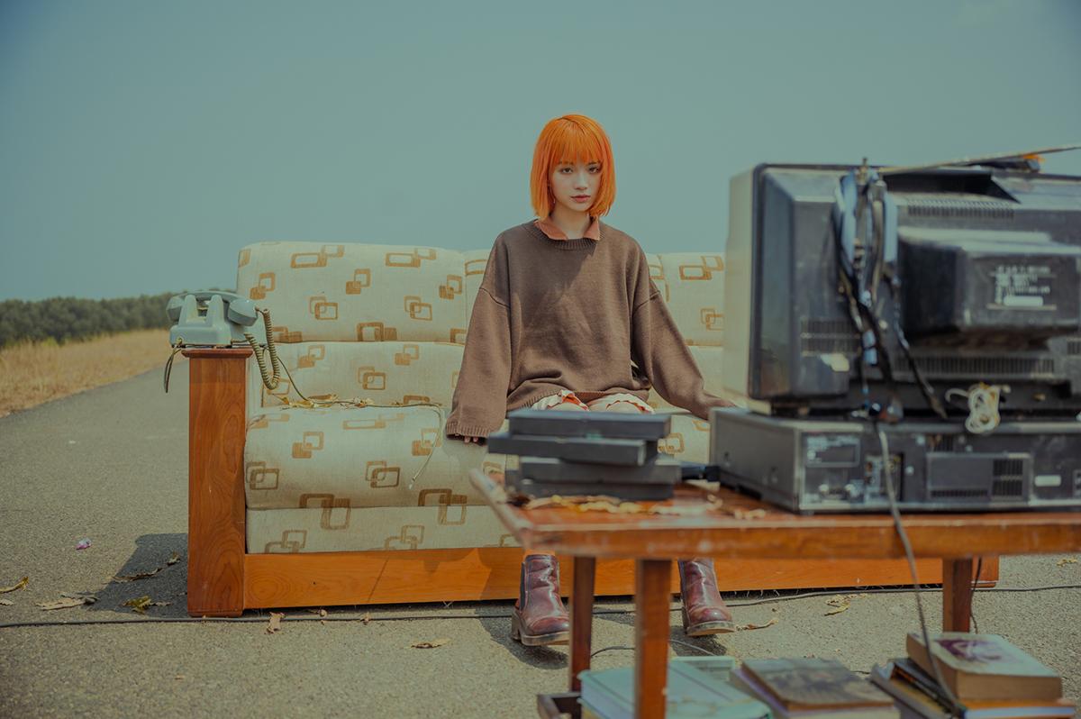 Cô gái từng là nhà - với hình ảnh ghế sofa, tivi, giường, sân khấu. Trong ký ức của chàng trai, cặp đôi bên nhau vui đùa, đọc sách, ca h