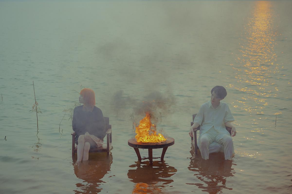 Cuối bài hát, ngọn lửa đốt hết những vật dụng - tượng trưng mối quan hệ kết thúc, không còn cách cứu vãn.