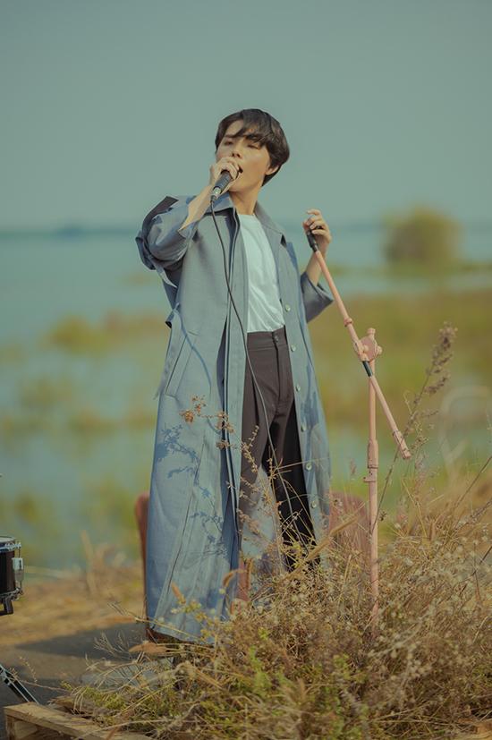 MV được thực hiện trong một ngày tại hồ Trị An (Đồng Nai). Đạo diễn Lương Sơn nói quá trình quay thuận lợi, vì ca sĩ và bạn diễn nữ - Lưu Kim Đét, diễn xuất ăn ý.