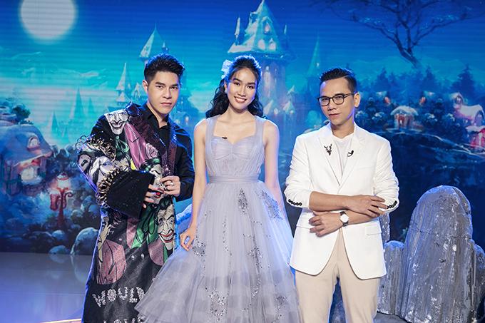 Á hậu Phương Anh (đứng giữa) diện váy xoè điệu đà khi xuất hiện cùng đạo diễn Nguyễn Hưng Phúc và nhiếp ảnh gia Kiếng Cận cho buổi ghi hình.