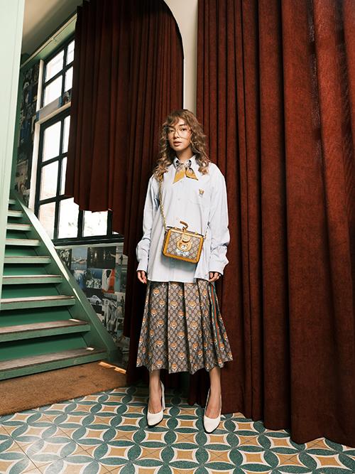 Châu Bùi luôn là fashionista tiên phong trong các xu hướng mới. Cô nàng nhanh chóng cập nhật cùng lúc cả hai mẫu thiết kế mới của Gucci với cách phối hợp thật ấn tượng.
