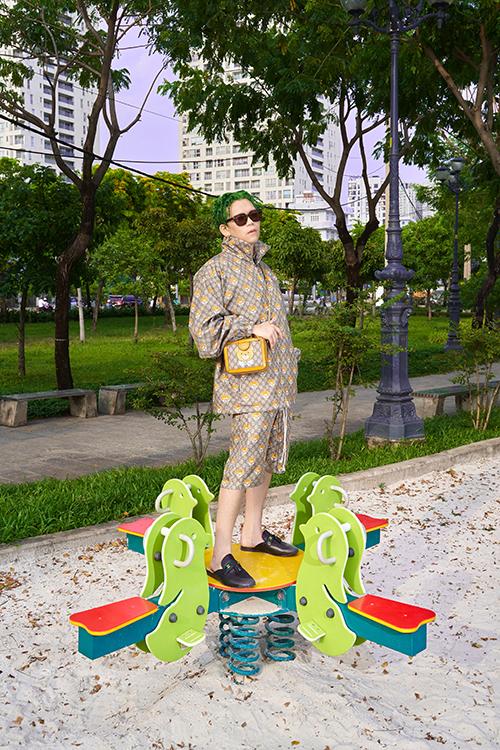 Stylist Nam Phùng khoe dáng với nguyên set đồ hiệu có hoạ tiết hứa hẹn tạo nên cơn sốt ở mùa thời trang năm nay.
