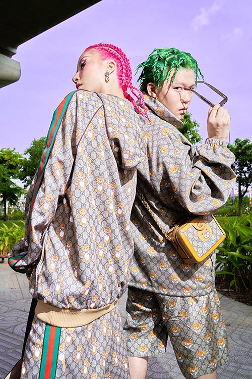 Quỳnh Anh Shyn và stylist Nam Phùng nhuộm tóc màu neon nổi bật, cùng diện set đồhoạ tiết gấu trẻ trung.
