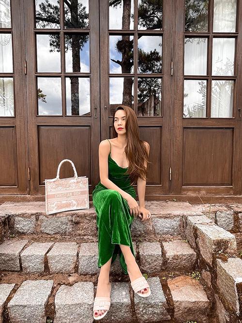 Đầm hai dây là trang phục phổ biến trong mùa hè. Ngoài các kiểu váy ren, lụa mềm mại, Hồ Ngọc Hà chọn váy nhung the tông màu nổi bật để tăng sự điệu đà khi xuống phố. Chất liệu nhung mỏng, mịn màn vừa tôn da lại tạo nên sự êm ái với cơ thể.
