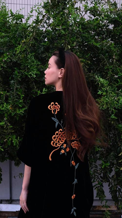 Trang phục tông đen không còn nhàm chán bởi hoạ tiết thêu tỉ mỉ được sắp đặt khéo léo trên mặt trước - sau thân váy.