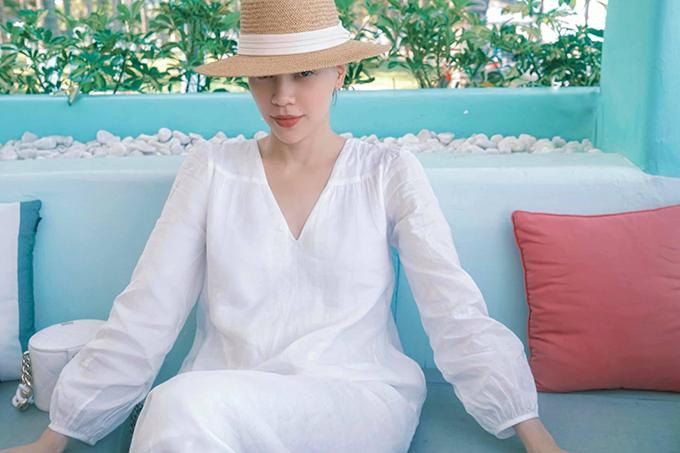 Trang phục di lịch hè đơn giản và không bao giờ lỗi mốt là váy cổ điển thiết kế trên vải thô đi kèm tông trắng trang nhã. Với các mẫu váy cắt may từ chất liệu thân thiện môi trường, các nàng có thể phối thêm mũ nan, nón cói như của Hồ Ngọc Hà.