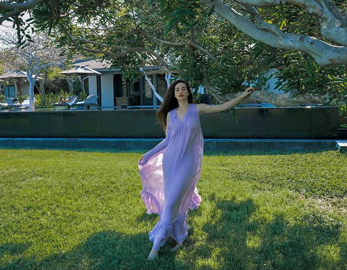 Hồ Ngọc Hà thả dáng mảnh mai với thiết kế váy voan lụa mềm phối hai lớp và đi kèm phần xếp bèo nhún điệu đà cho chân váy.