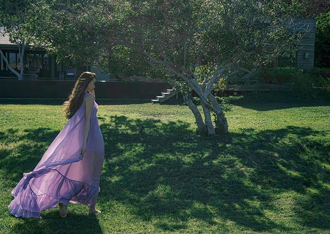 Váy lụa bay bổng là trang phục phù hợp nhất khi đi nghỉ dưỡng. Dù ở miền đồi núi ngập tràn cây xanh hay biển cả bao la thì váy maxi luôn tạo nên sự hài hoà.
