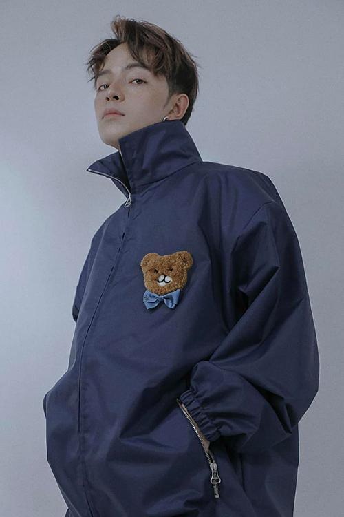 Áo khoác xanh navi trở nên đáng yêu hơn với hoạ tiết chủ đạo của bộ sưu tập Kai x Gucci.