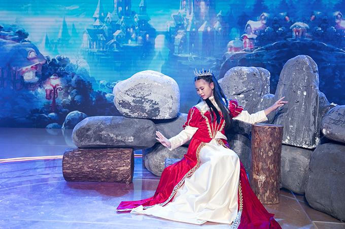 Yến Giang hoá thân thành công chúa ngủ trong rừng Aurora, vốn có lợi thế về múa nên cô bé sử dụng các động tác tay chân nhằm truyền tải tinh thần của nhân vật.