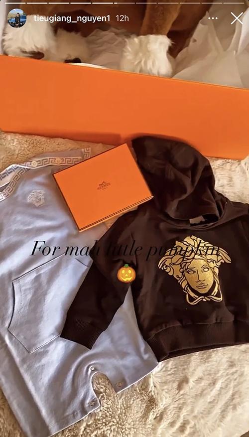 Hai chiếc áo Versace của em bé có giá dao động từ 5,5 - 7,5 triệu đồng.
