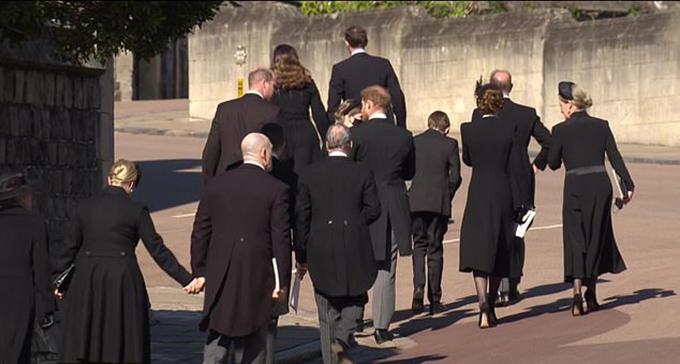 Harry và William trò chuyện trên đường rời Nhà nguyện St George chiều 17/4. Ảnh: ITV.