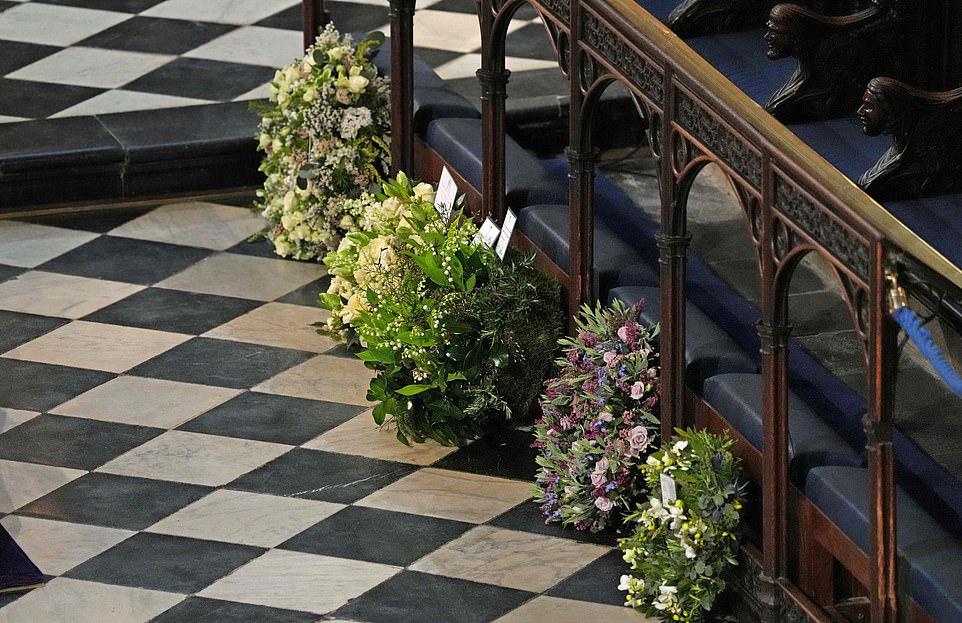 Vòng hoa của nhà Sussex (thứ hai từ phải sang) được đặt trong Nhà nguyện St George hôm 17/4. Ảnh: AFP.