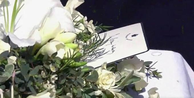 Tấm thiệp viết tay của Nữ hoàng gửi chồng được cài cùng vòng hoa trên linh cữu Hoàng thân. Anh: Metro.