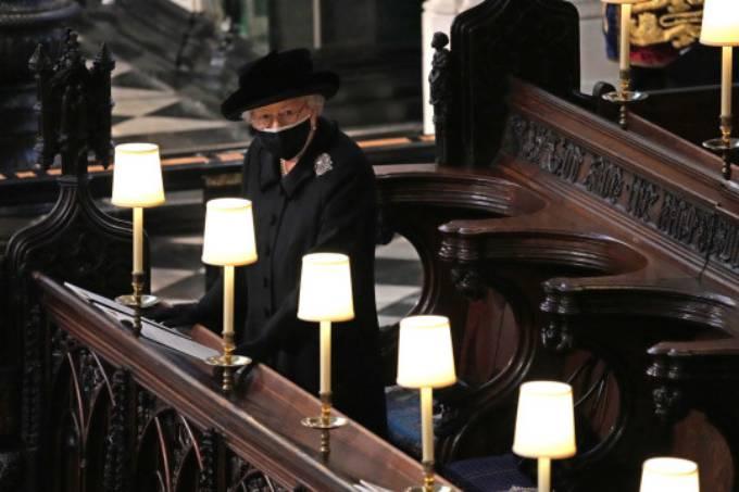 Nữ hoàng ngồi một mình, xa các thành viên còn lại của hoàng gia, để tuân thủ các quy tắc phòng dịch. Ảnh: PA.