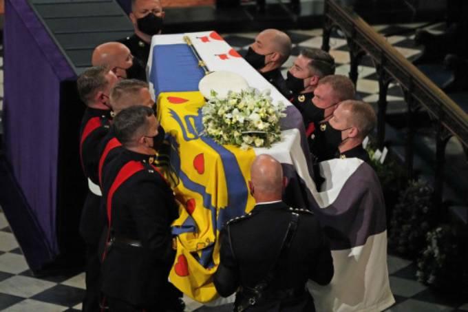 Linh cữu Hoàng thân Philip được các binh sĩ chuyểnn vào bên trong nhà nguyện St George. Ảnh: AFP.