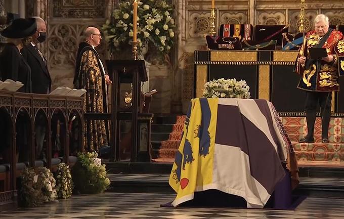 Vòng hoa của các thành viên hoàng gia được đặt hai bên linh cữu của Hoàng thân Philip trong Nhà nguyện St George hôm 17/4. Ảnh: PA.